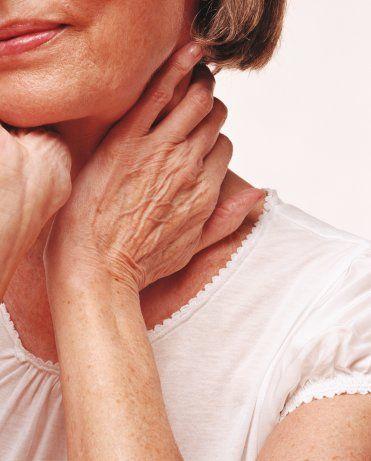 Boyun, dekolteniz ve elleriniz de yaşınızı ele verir, her bölgeye ayrı özeni göstermelisiniz. Retinoid içeren yıkama jelleri, peelingler ve kremler, yüzünüze gösterdiğiniz ilgiyi bu bölgelere de taşıyacaktır.